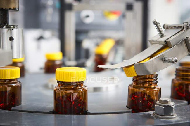 Chaîne d'emballage et fabrication de comprimés et flacons de comprimés et de pilules industriellement pour le secteur médical et de la santé — Photo de stock