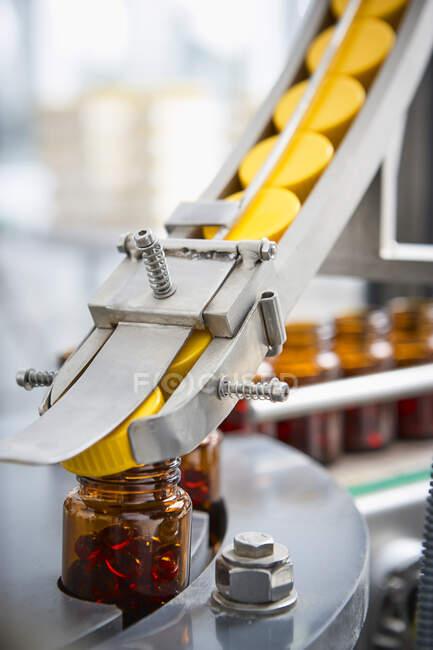 Cadeia de embalagens e fabricação de comprimidos e frascos de comprimidos e comprimidos industrialmente para o setor médico e de saúde — Fotografia de Stock