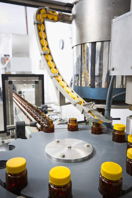 Цепочка упаковки и производства таблеток и флаконов таблеток и таблеток промышленно для медицинского и медицинского сектора — стоковое фото