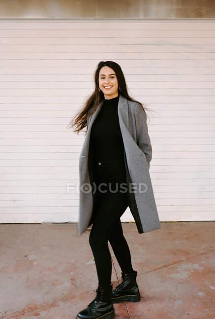 Feliz joven mujer dando vueltas en la calle - foto de stock