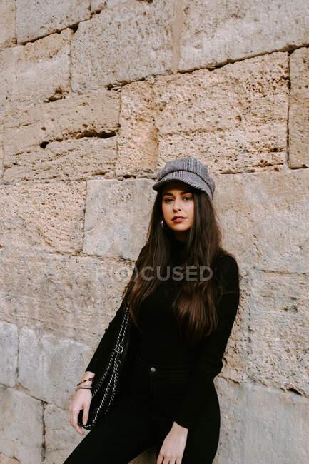 Mujer joven cerca de la pared vieja - foto de stock