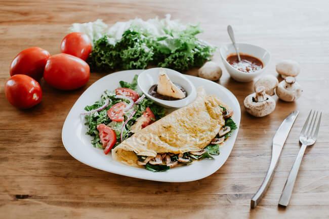 Taco de champiñones con ensalada de verduras y salsa - foto de stock