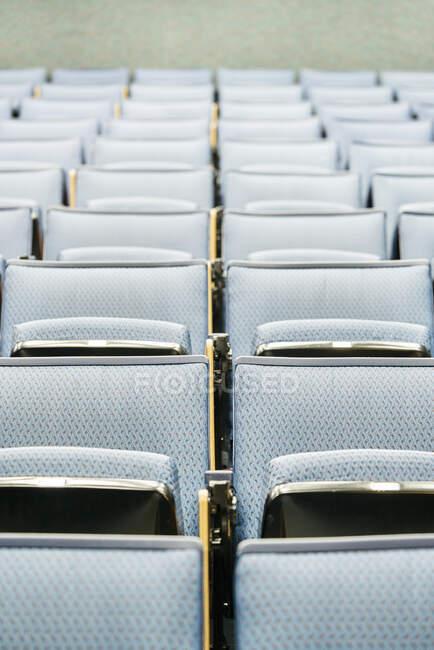 Linhas de assentos confortáveis localizados dentro de sala de aula vazia antes da aula na universidade contemporânea — Fotografia de Stock
