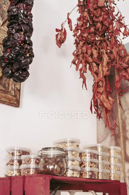 Снизу куски вкусного сушеного мяса висят на веревках с потолка в уютном местном продуктовом магазине — стоковое фото