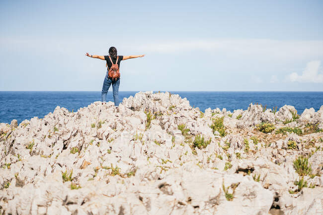 Unrecognizable woman standing on hill in nature — Stock Photo