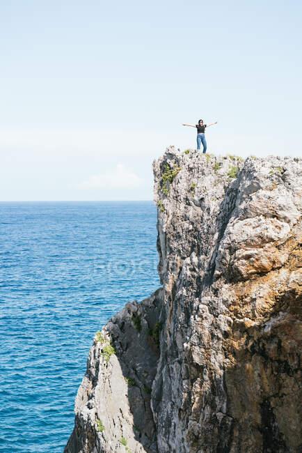 Femme méconnaissable debout sur une colline dans la nature — Photo de stock