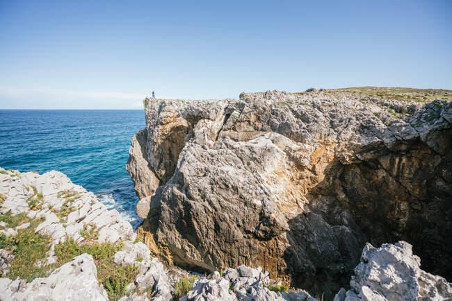 Donna irriconoscibile in piedi sulla collina in natura — Foto stock