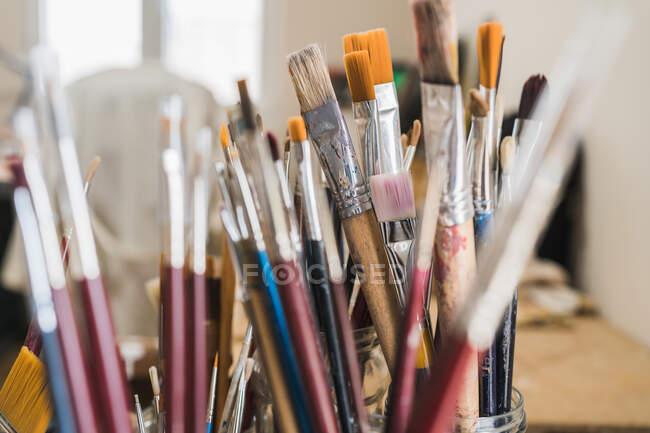 Molti vari pennelli, primo piano colpo — Foto stock