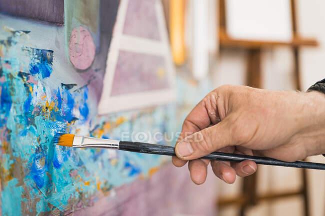 Alter Mann bemalt Bild mit Pinsel — Stockfoto
