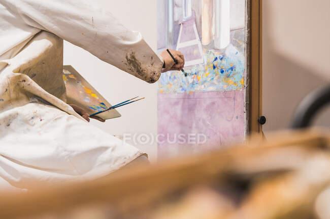 Uomo anziano quadro pittura con pennello — Foto stock