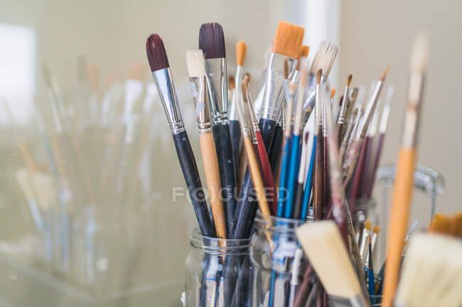 Tanti pennelli in vetro sul tavolo — Foto stock