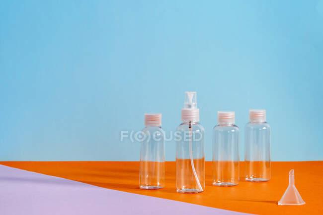 Verschiedene klare Flaschen mit Salzgel zur Desinfektion der covid-19 Hände — Stockfoto