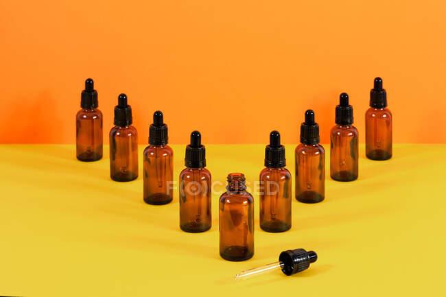 Glasflaschen mit Tropfersystem für den medizinischen Einsatz V-förmige Komposition mit der ersten mit der Pipette unterstützt — Stockfoto
