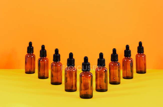Glasflaschen mit Tropfersystem für den medizinischen Einsatz V-Zusammensetzung — Stockfoto