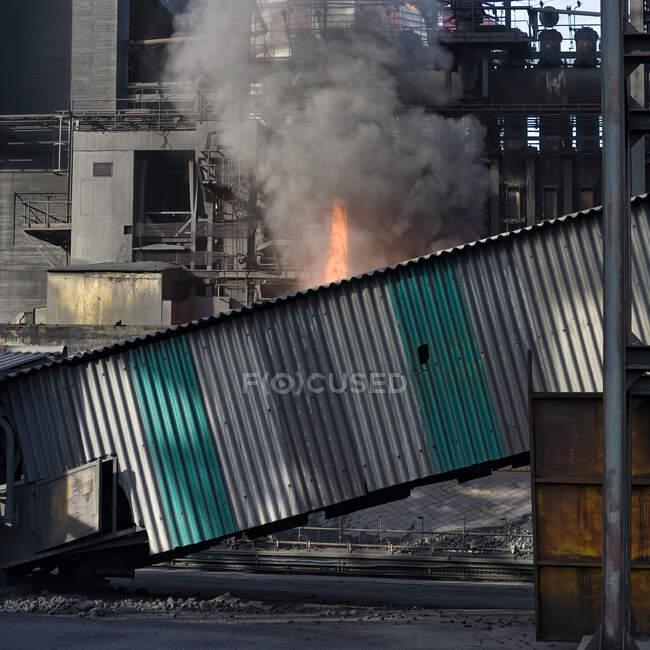 Koksflamme bei der Kohleverarbeitung im Industriegebiet der Fabrik — Stockfoto