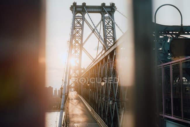 De cima do caminho pedestre vazio da ponte urbana que conecta o centro da cidade e o bairro — Fotografia de Stock