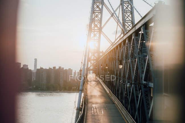 D'en haut du sentier piétonnier vide du pont urbain reliant le centre-ville et le quartier — Photo de stock
