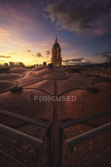Неймовірний вид старовинного величного Малазького собору з даху з небом. — стокове фото