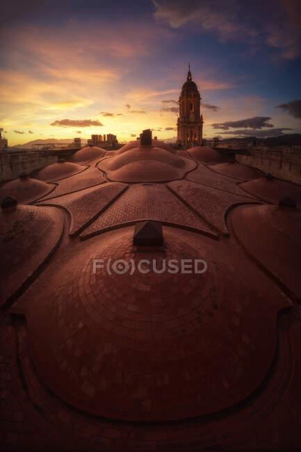 Vue imprenable sur l'ancienne magnifique cathédrale de Malaga depuis le toit avec le ciel couchant — Photo de stock