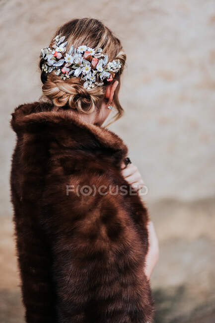 Elegante sposa in piedi vicino alla parete squallida — Foto stock