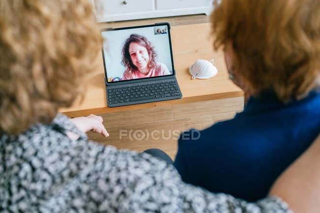 Mulheres tendo conversa em vídeo no laptop em casa — Fotografia de Stock