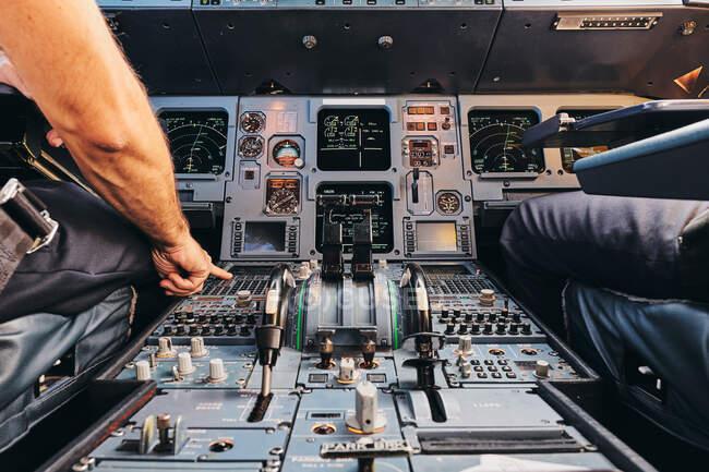 Pilota che utilizza il sistema di gestione del volo durante il volo — Foto stock