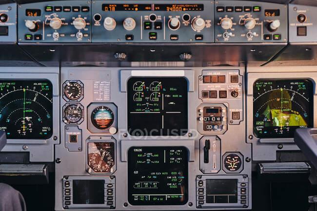 Primo piano del pannello di controllo con servizi moderni e display digitali in cabina di pilotaggio di aerei contemporanei — Foto stock