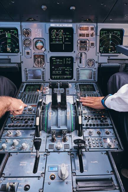 Piloti in cabina di pilotaggio durante il volo — Foto stock