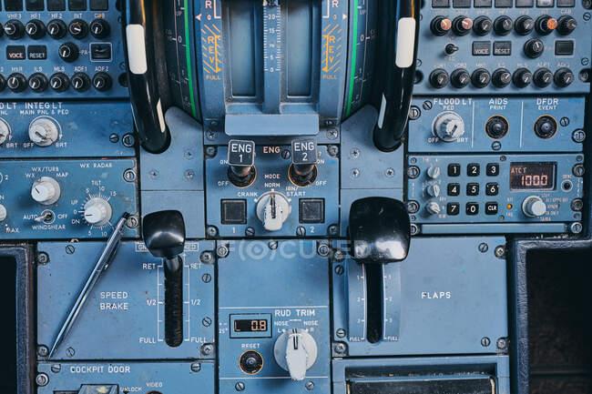 Pulsanti di fuoco sul pannello di controllo in cabina di pilotaggio — Foto stock