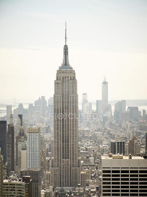 Blick auf New York mit Wolkenkratzern und Empire State Building bei sonnigem Wetter — Stockfoto