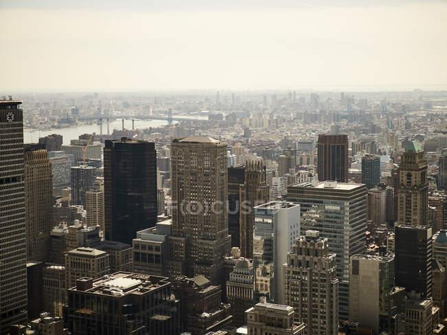Luftaufnahme des modernen New Yorker Stadtviertels mit gläsernen Hochhaustürmen im Sonnenlicht — Stockfoto