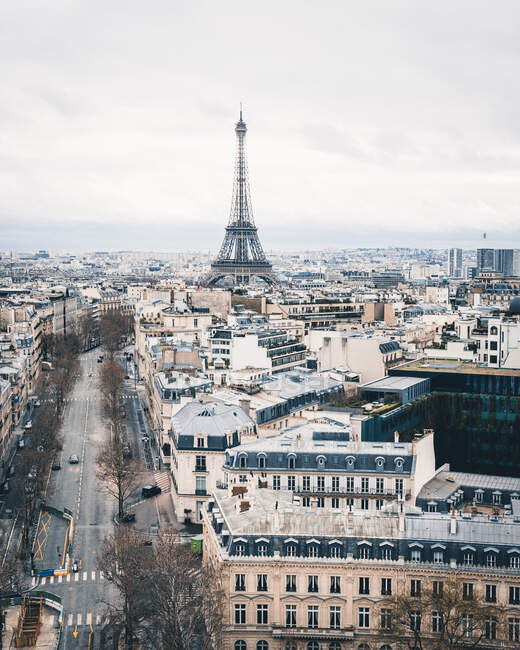 Вид на Эйфелеву башню на улице в Париже — стоковое фото