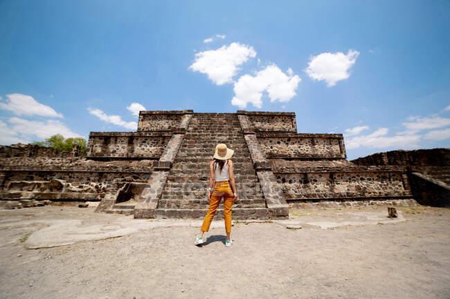 Viajera anónima disfrutando de vista de edificio antiguo en día soleado en México - foto de stock