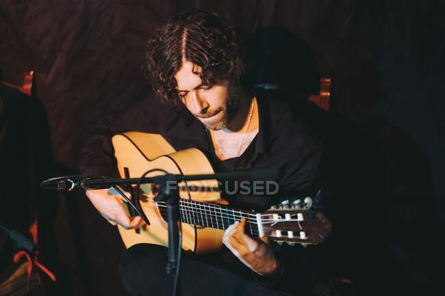 Hispanischer Gitarrist tritt auf Theaterbühne auf — Stockfoto