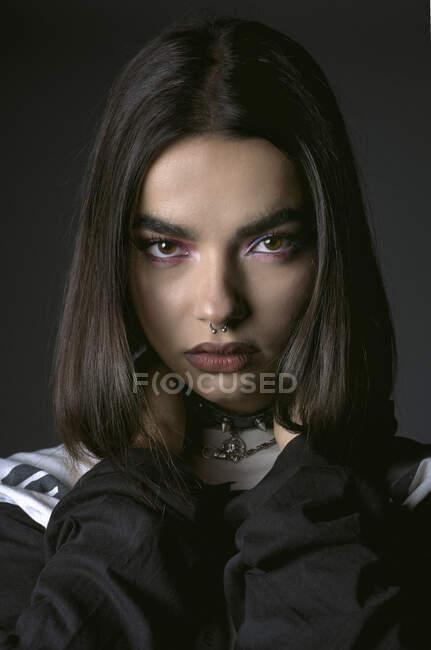 Elegante giovane signora con piercing nel naso guardando la fotocamera — Foto stock