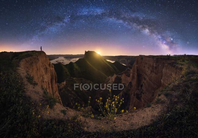 Paesaggio roccioso con cielo stellato di notte — Foto stock