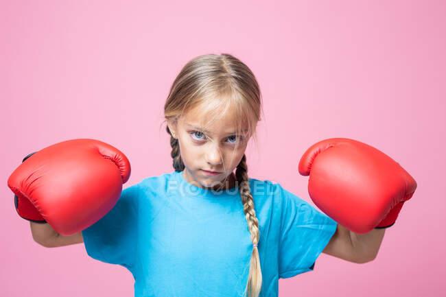 Агрессивная маленькая девочка в боксёрских перчатках — стоковое фото