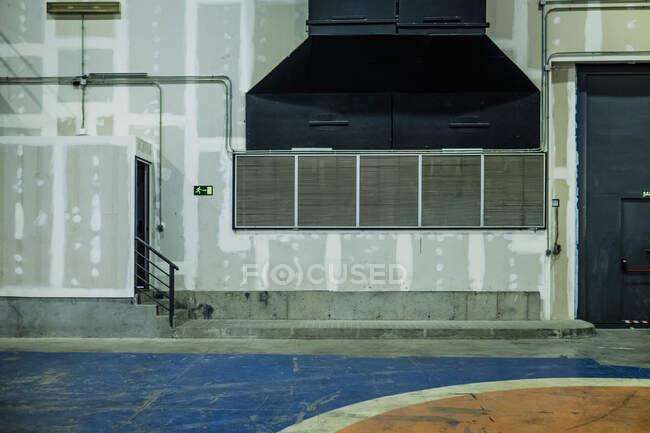 Экстерьер завода со стенами, покрытыми штукатуркой во время ремонта и подготовленными к штукатурке — стоковое фото