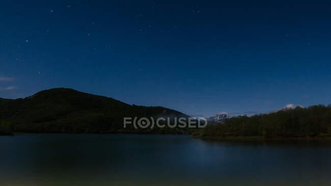 Paisagem incrível de água calma em luz azul fria com gama montesa — Fotografia de Stock