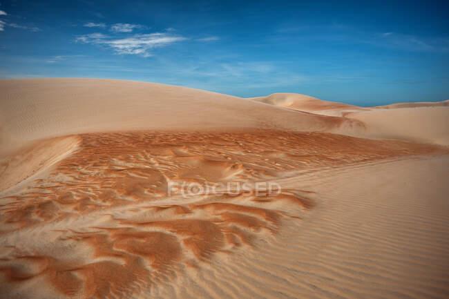 Dune di sabbia e cielo azzurro nuvoloso — Foto stock