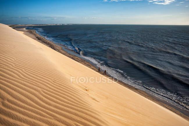 Песчаные дюны и волны для серфинга при ярком солнечном свете — стоковое фото