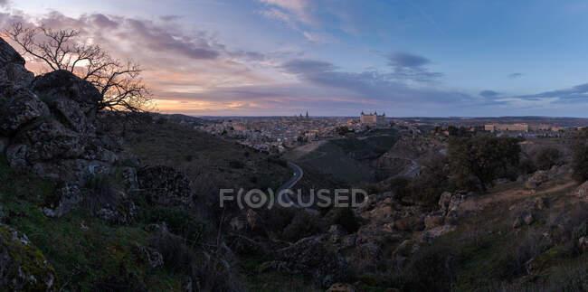Дивовижний безпілотний вид краєвидів з височинами і старим містом з старими будівлями під сонцем. — стокове фото