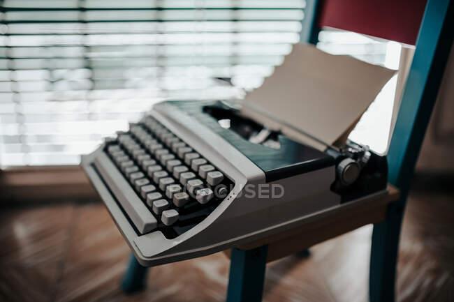 Крупный план старинной пишущей машинки — стоковое фото
