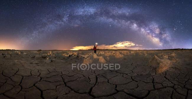 Paysage majestueux de terrain volcanique avec des roches poreuses et coloré Voie lactée sur fond — Photo de stock