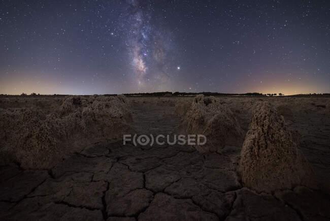 Majestosa paisagem de terreno vulcânico com rochas porosas e colorido Via Láctea no fundo — Fotografia de Stock