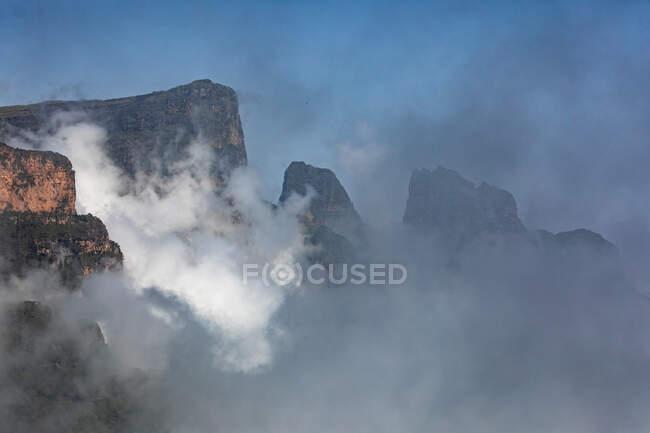 Дивовижний вигляд гір Сімієн, вкритих туманом і хмарами. — стокове фото