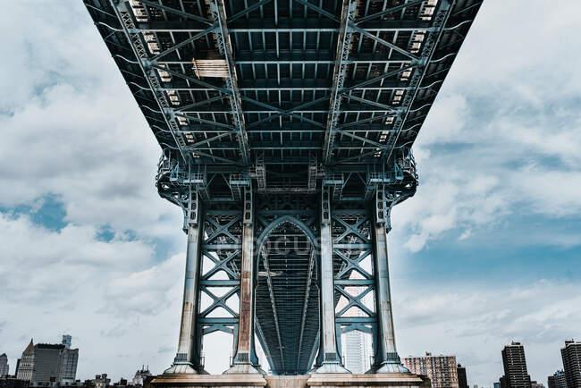Niedriger Winkel der Steintürme mit spitzen Bögen der Hängebrücke von Brooklyn an bewölkten Tagen — Stockfoto