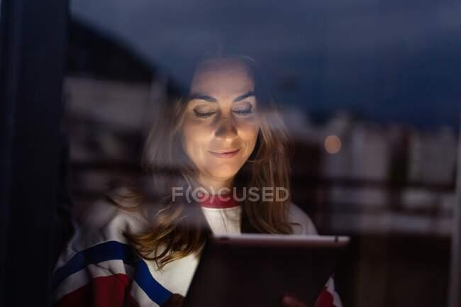 Пара разговоров в видео чате через планшет — стоковое фото