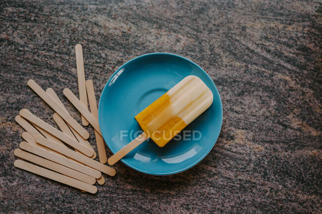 Top view of delicious fruit popsicle placed on table with wooden sticks — Stock Photo