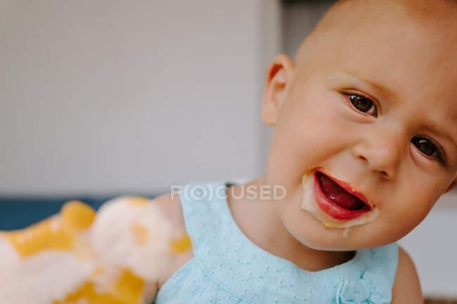 Carino bambino guardando la fotocamera con bocca sporca godendo gustoso ghiacciolo fatto in casa mentre riposava sulla terrazza — Foto stock